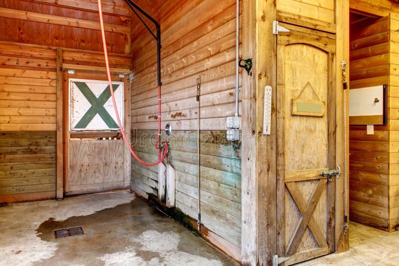 Intérieur de hangar avec des écuries de cheval. photo libre de droits