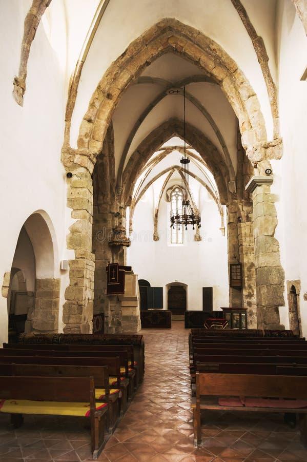 Intérieur de l'église enrichie Prejmer dans la ville de Prejmer, près de Brasov, dans la lumière lumineuse images stock