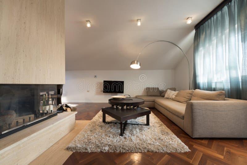 Intérieur de l'appartement de grenier - salon avec la cheminée photographie stock libre de droits