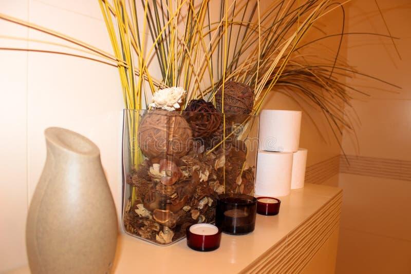 Intérieur de la composition de salle de bains des fleurs sèches image libre de droits
