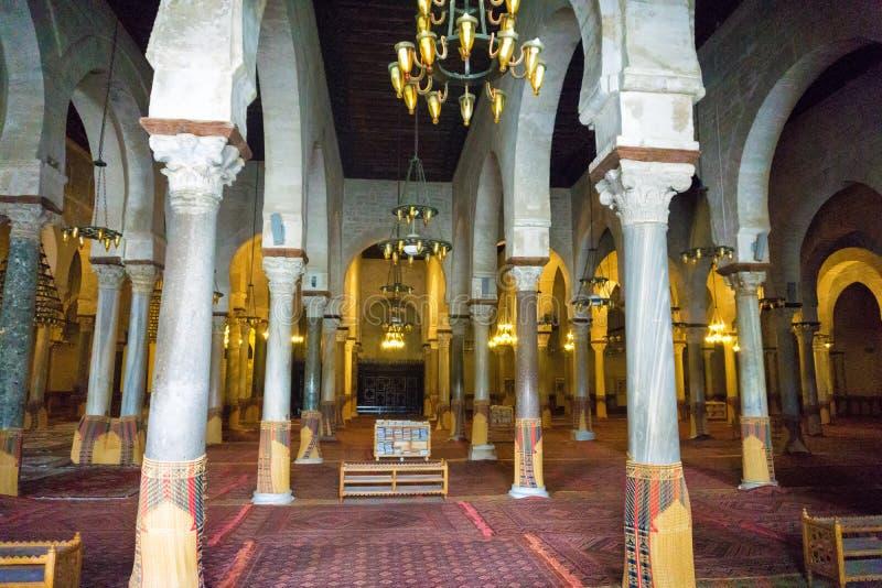 Intérieur de la grande mosquée dans Kairouan, Tunisie image stock