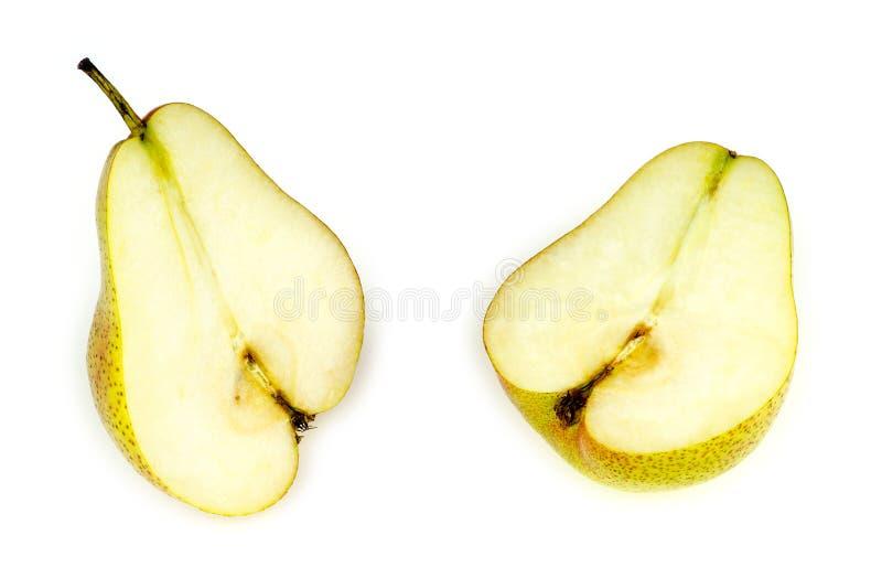 Intérieur de la poire molle, savoureuse et juteuse, réduit de moitié, d'isolement sur le blanc photos stock