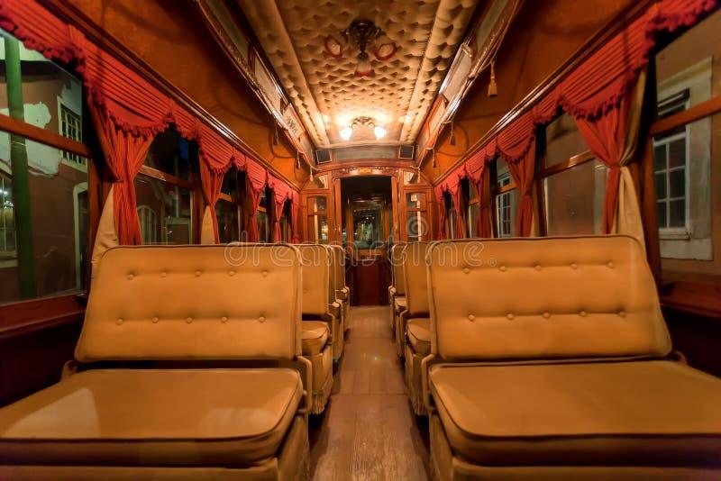 Intérieur de la rétro tramway sans passagers, vieille conduite de véhicule par la voie ferrée dans la capitale image stock