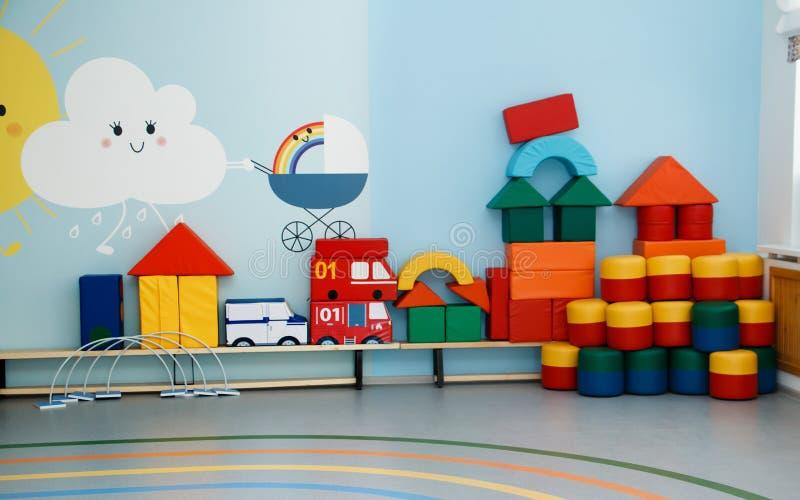 Intérieur de la salle de gymnastique du jardin d'enfants, école primaire photos stock
