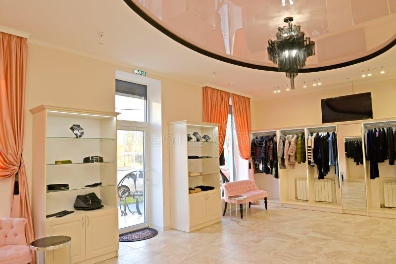 Intérieur de la salle de marché de la boutique d'habillement du ` s de femmes images libres de droits