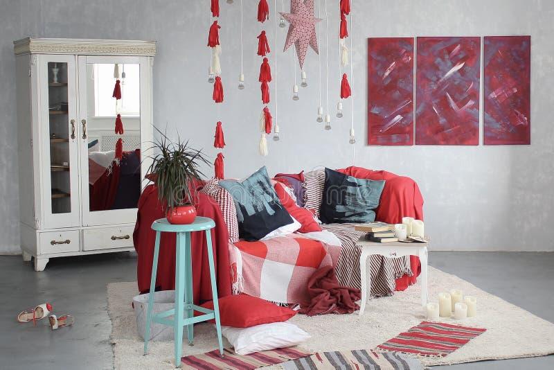 Intérieur de la salle plaid rouge sur le divan et la garde-robe blanche photographie stock libre de droits