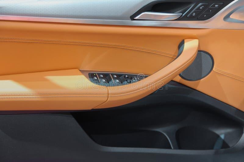 Intérieur de luxe élégant de portière de voiture images libres de droits