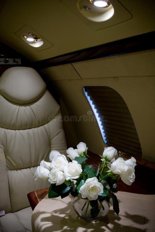Intérieur de luxe dans des couleurs lumineuses de cuir véritable dans l'avion d'affaires photo stock