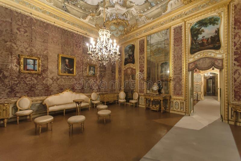 Intérieur de luxe dans le palais de chasse royal de Stupinigi image stock
