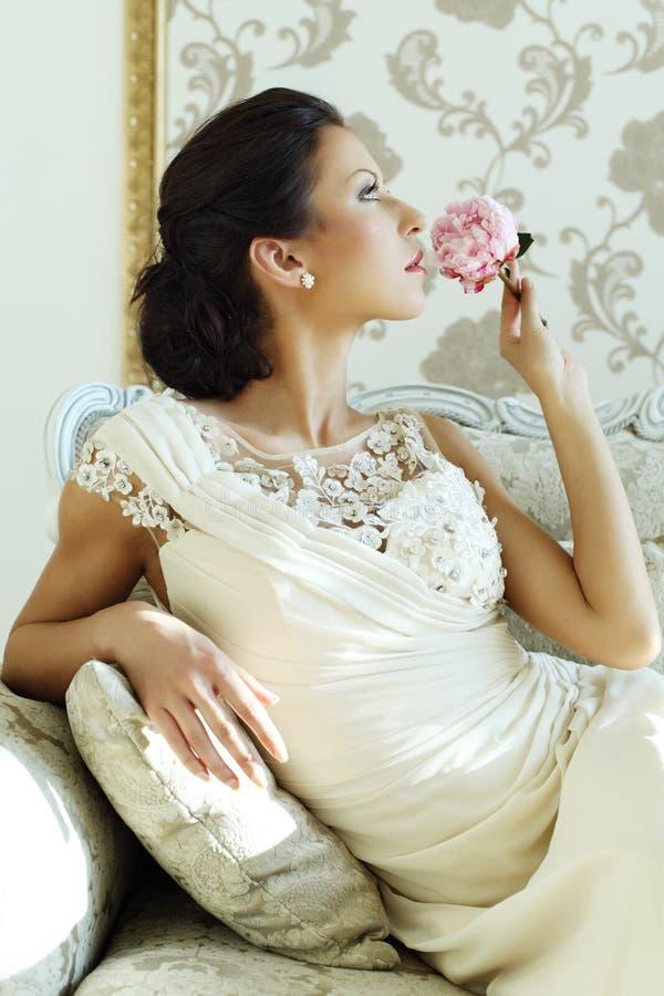 Intérieur de luxe de belle jeune mariée, charme de vintage image libre de droits