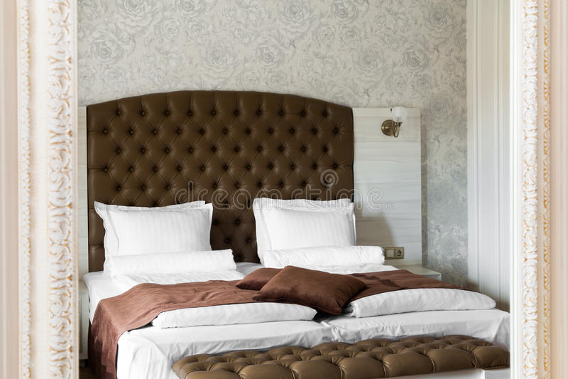 Intérieur de luxe de chambre à coucher reflété dans un miroir photographie stock