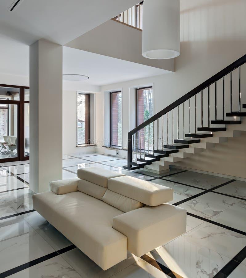Intérieur de luxe de hall avec l'escalier photo stock