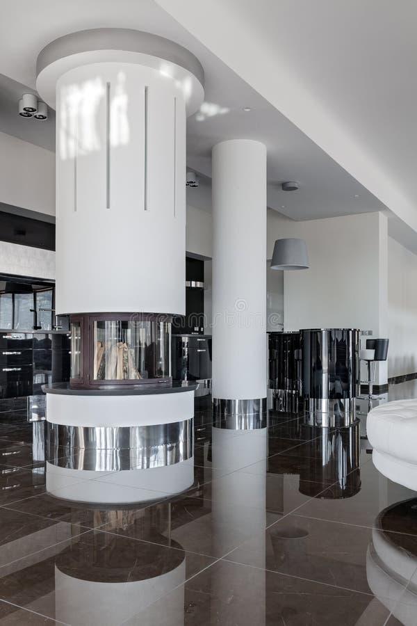 Intérieur de luxe moderne avec la cheminée ronde en journée images libres de droits