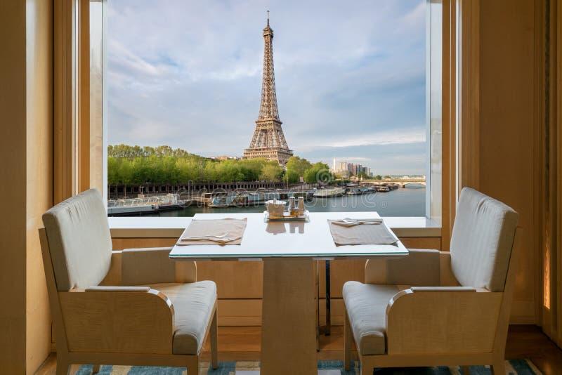 Intérieur de luxe moderne de restaurant avec le remorquage romantique d'Eiffel de sens image stock