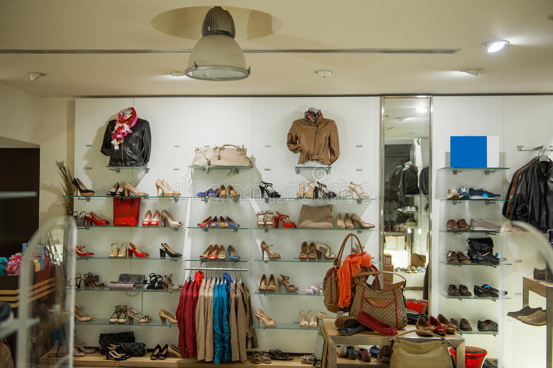 Intérieur de magasin de chaussures de vêtements sport et photo stock