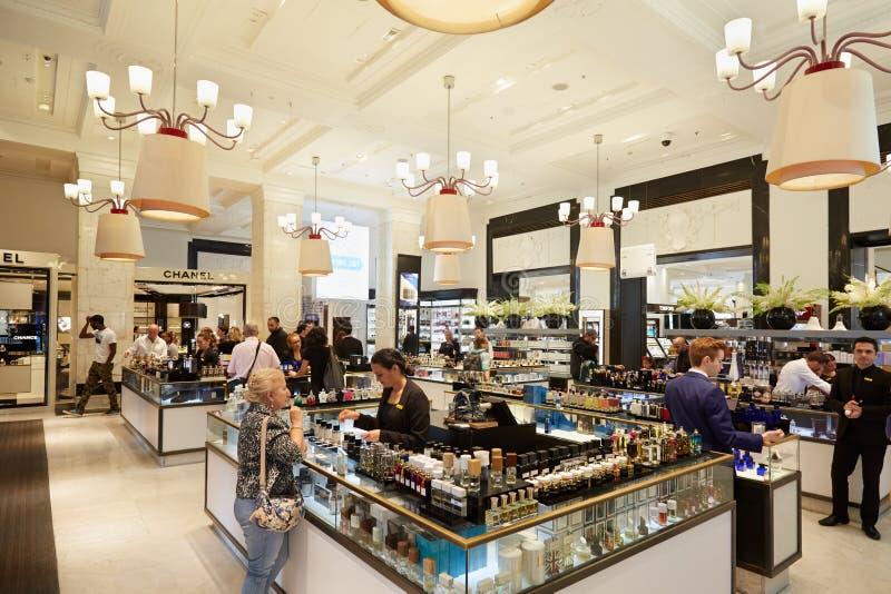 Intérieur de magasin de Selfridges, parfumerie images stock