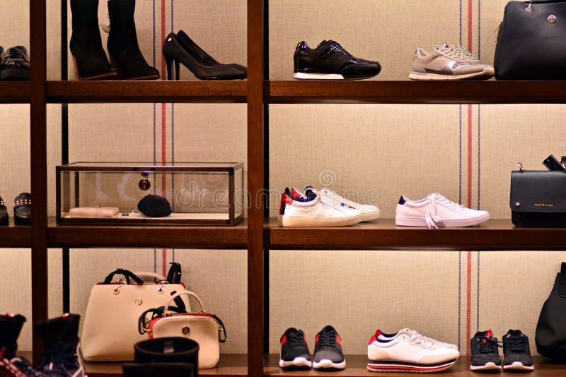 Intérieur de magasin de Tommy Hilfiger photographie stock