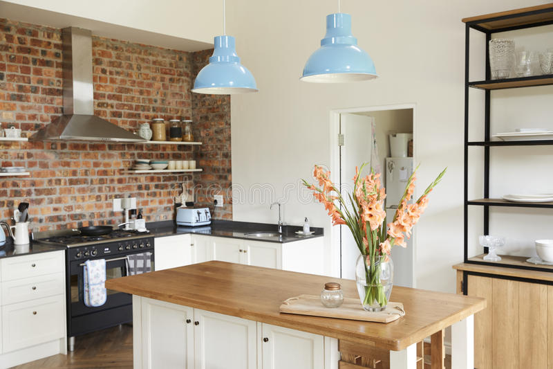 Intérieur de maison avec la cuisine, le salon et la salle à manger ouverts de plan photo libre de droits