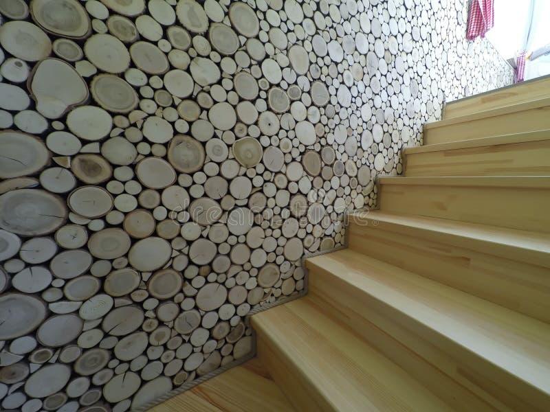 Intérieur de maison avec le plancher en bois et d'escalier avec les murs blancs photographie stock libre de droits