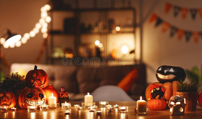 Intérieur de maison décoré de Halloween images libres de droits