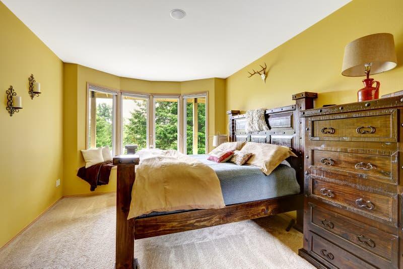 Intérieur de maison de ferme Intérieur de luxe de chambre à coucher avec le fu en bois riche image stock