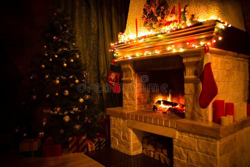 Intérieur de Noël avec l'arbre, les présents et la cheminée de Noël image libre de droits