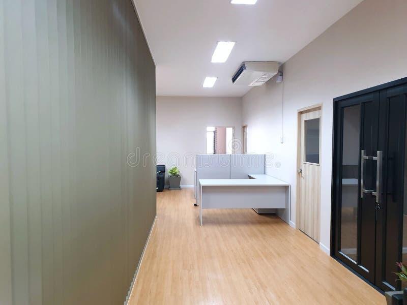 Intérieur de petite salle d'attente moderne et intérieur de couloir dans le bureau image libre de droits