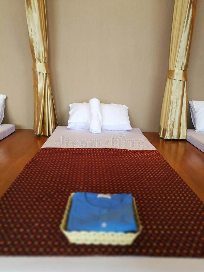 Intérieur de pièce de massage dans un salon de station thermale, Thaïlande photos stock