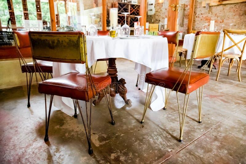 Intérieur de rétro restaurant de Bistros dans le secteur haut de gamme photo stock