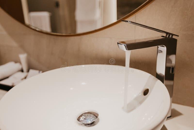 Intérieur de salle de bains avec l'évier et le robinet photographie stock