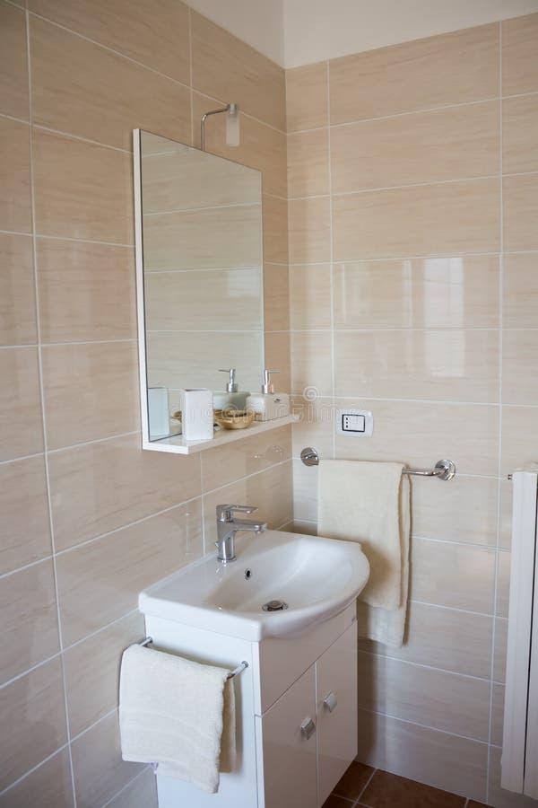 Intérieur de salle de bains avec l'évier et le robinet, la simplicité, la propreté et le confort, concept photographie stock