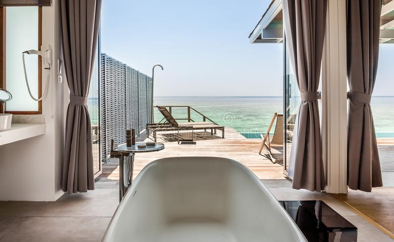 Intérieur de salle de bains luxueuse de villa de l'eau photo libre de droits