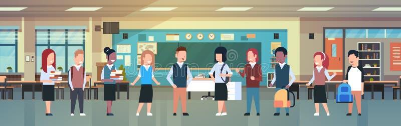 Intérieur de salle de classe avec le groupe d'étudiants de course de mélange, élèves divers dans la pièce de classe moderne à l'é illustration libre de droits