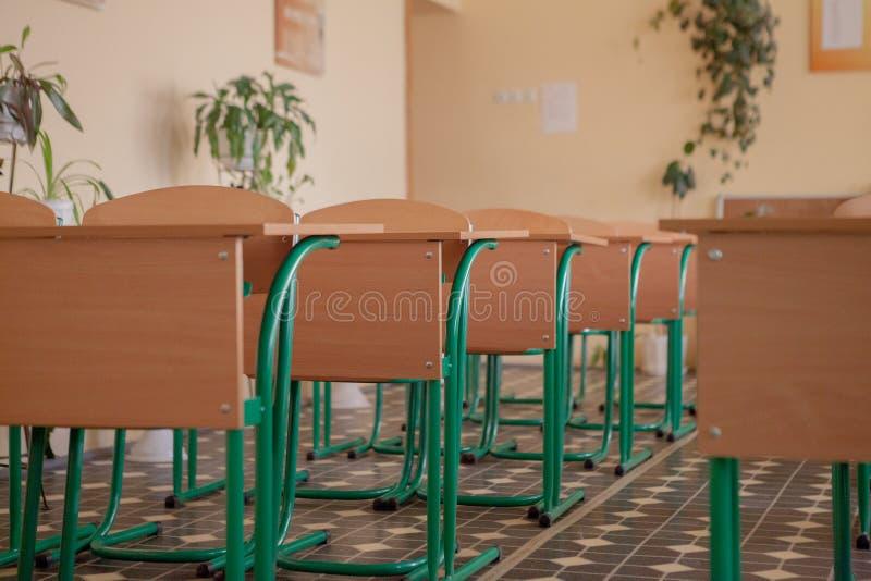 Intérieur de salle de classe vide avec des chaises et des bureaux dans une rangée photo libre de droits