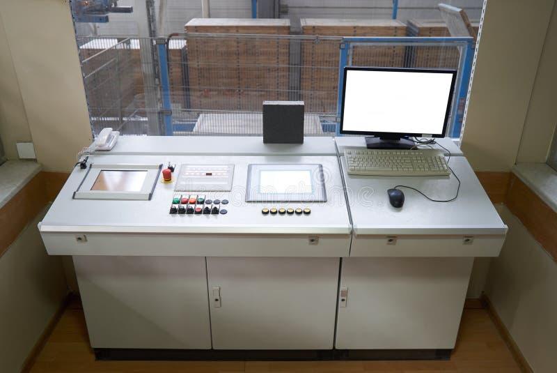 Intérieur de salle de commande avec des dispositifs de moniteur et de contrôleur d'ordinateur dans l'usine photos libres de droits
