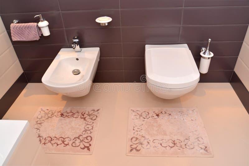Intérieur de salle de bains avec l'équipement sanitaire photo libre de droits