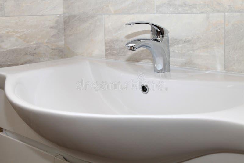 Intérieur de salle de bains avec l'évier et le robinet photo libre de droits