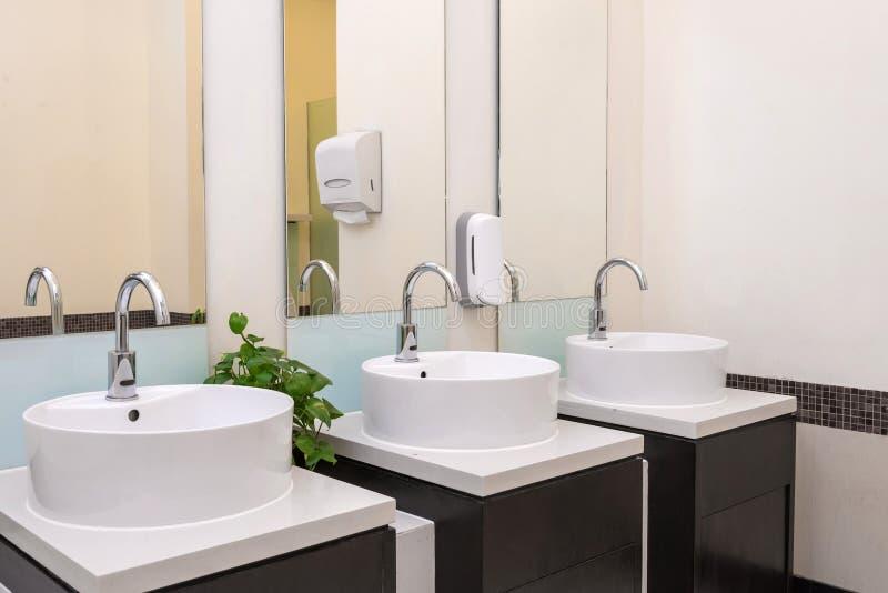 Intérieur de salle de bains avec les tuiles granitiques images stock