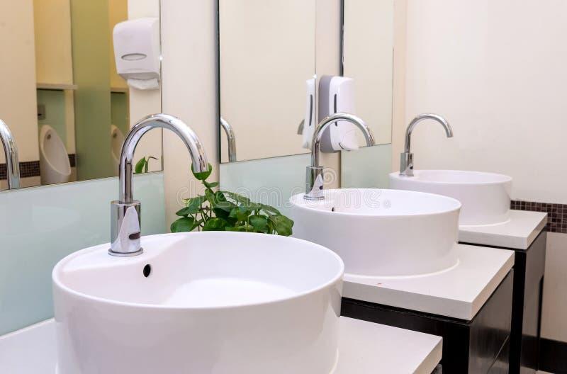 Intérieur de salle de bains avec les tuiles granitiques photos libres de droits