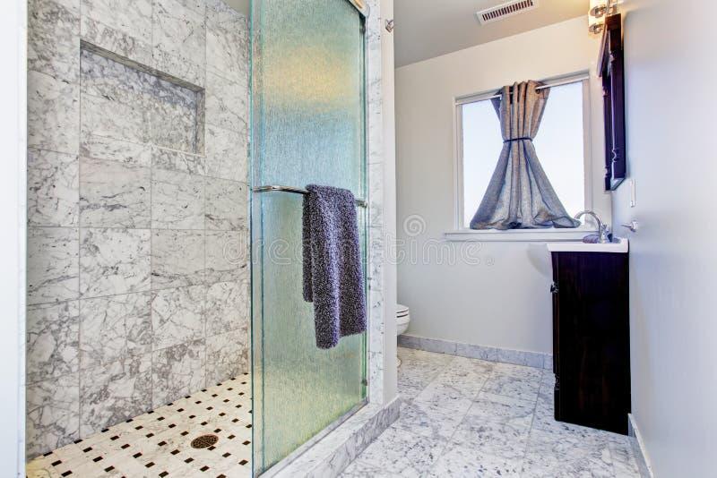 Intérieur de salle de bains dans la tuile de granit photographie stock