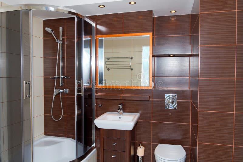 Intérieur de salle de bains de brun foncé images libres de droits