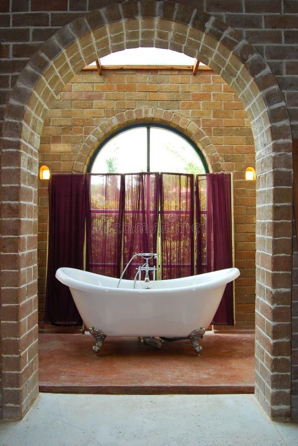 Intérieur de salle de bains de cru photos libres de droits