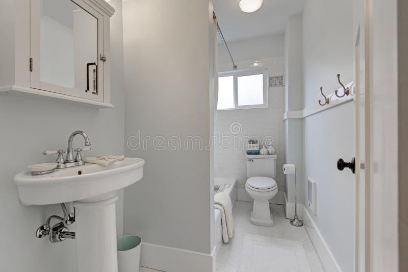 Int rieur de salle de bains de style ancien dans la petite for Prise dans la salle de bain