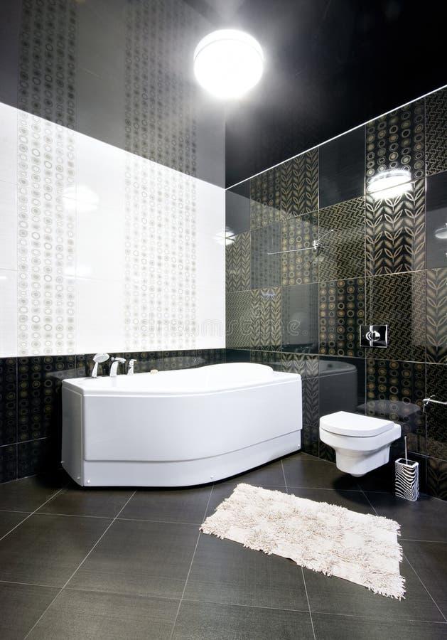 Intérieur de salle de bains noire et blanche images stock