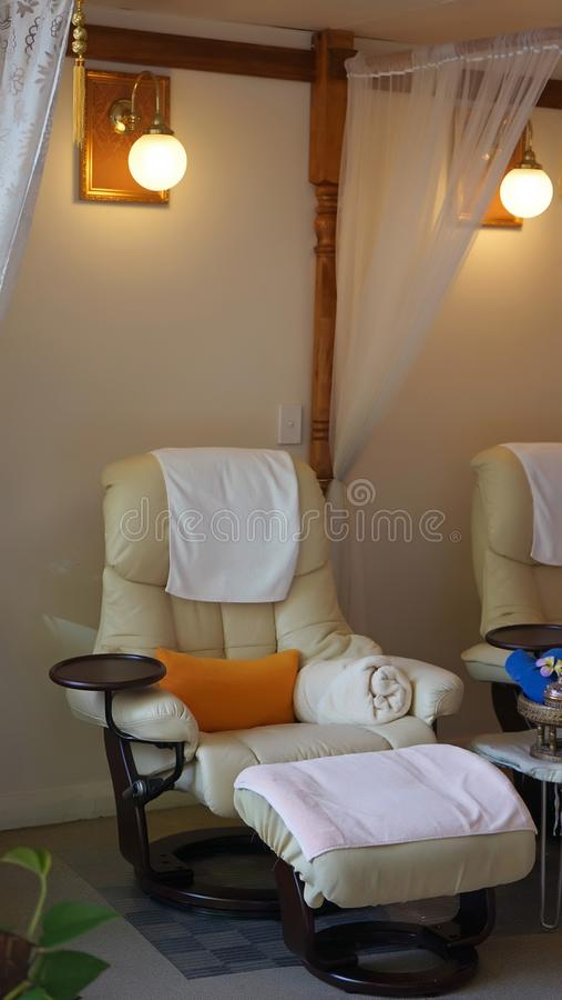 Intérieur de salon asiatique moderne de station thermale de style : chaise de massage ou de pédicurie de pied images stock
