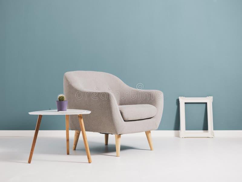 Intérieur de salon avec la fourniture minimaliste photos libres de droits