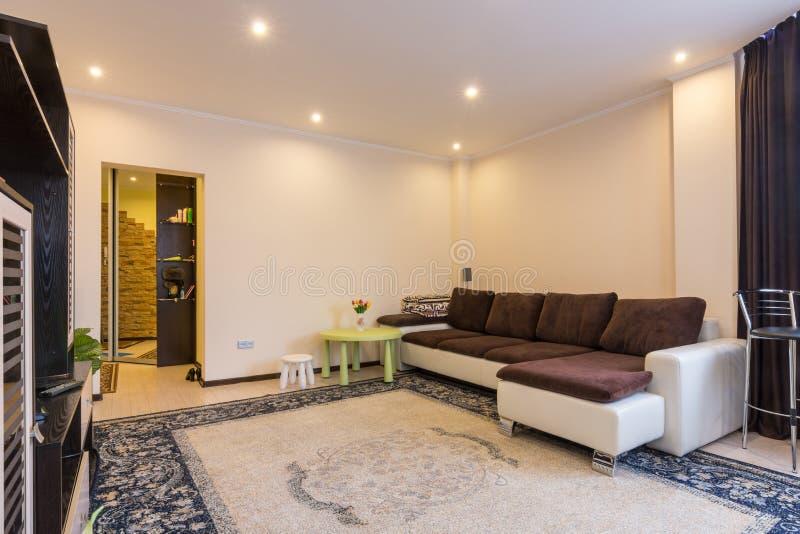 Intérieur de salon avec le grand sofa photos stock