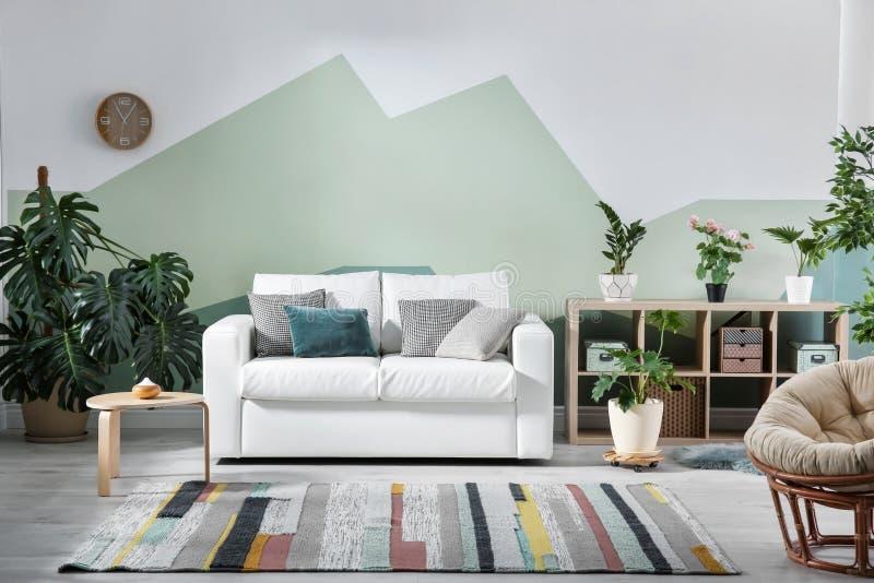 Intérieur de salon avec le sofa image libre de droits