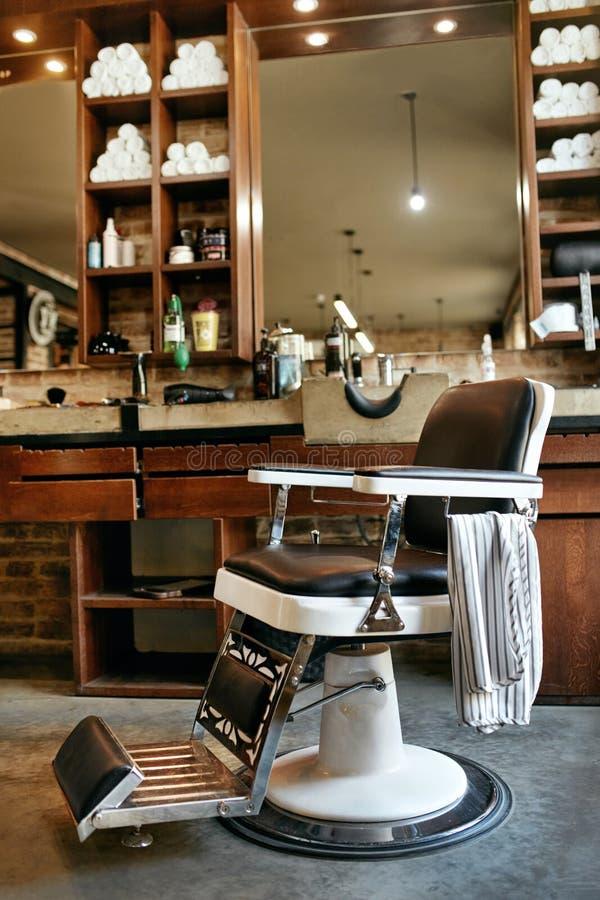 Intérieur de salon de coiffure Salon de coiffure de beauté d'hommes avec la chaise antique photos stock