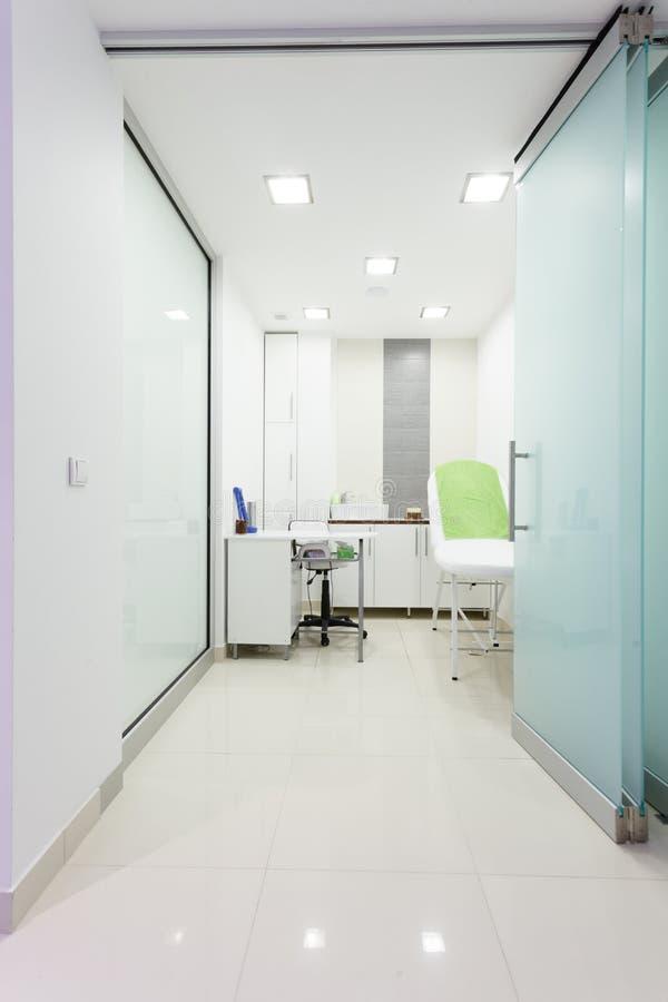 Intérieur de salon sain moderne de station thermale de beauté. Pièce de traitement. photos libres de droits